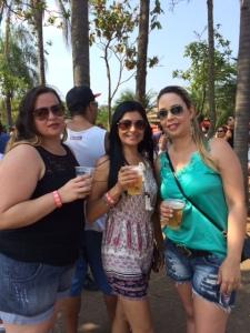 Renata (direita) e suas amigas no Festival Cultural da Cerveja